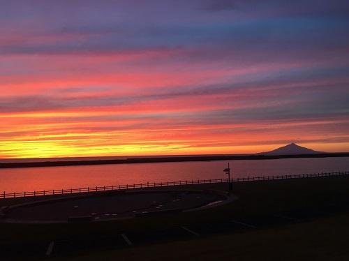 5 台風上陸の夜 教え子が心配してLINEに利尻富士の夕景をアップしてくれた.jpg